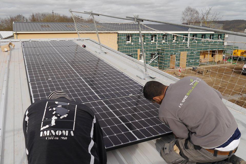 Pose des premiers panneaux photovoltaïques à l'ABBEI